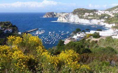 L'isola di Ponza: tra bianche falesie e calette paradisiache